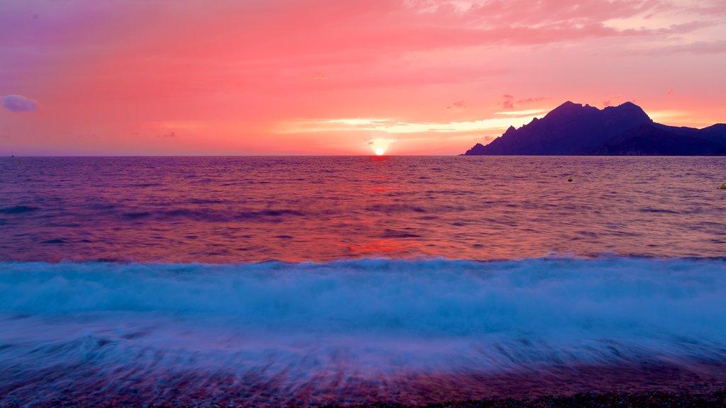 Playa de Porto mostrando una puesta de sol y vistas generales de la costa