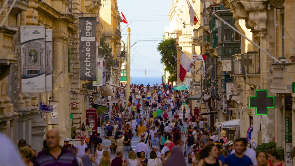 Valletta featuring heritage architecture and street scenes as well as a large group of people