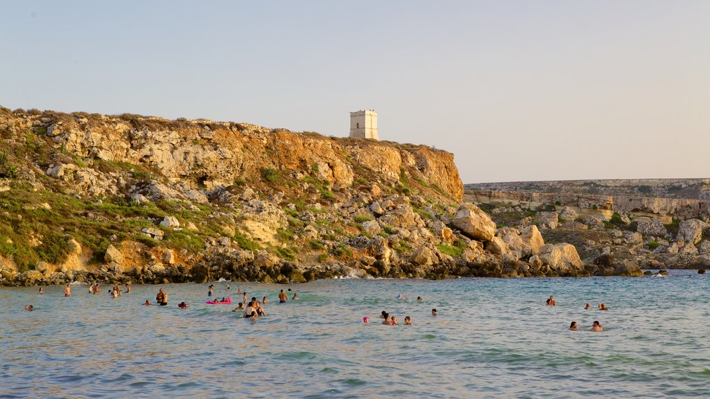 Golden Sands Beach showing rocky coastline