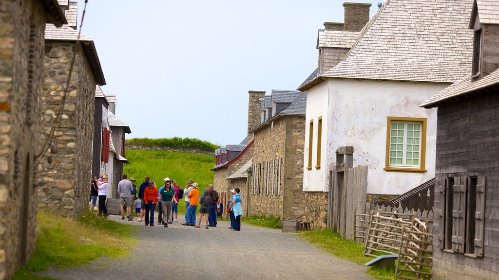 Fortress Louisbourg National Historic Site showing a small town or village, heritage architecture and street scenes
