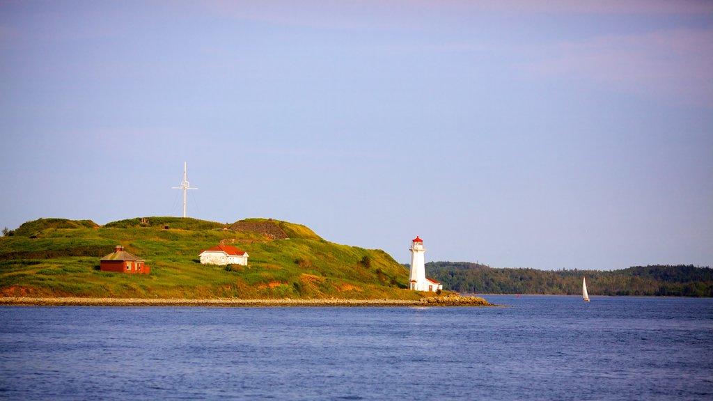 Paseo marítimo de Halifax Waterfront que incluye vistas generales de la costa y un faro