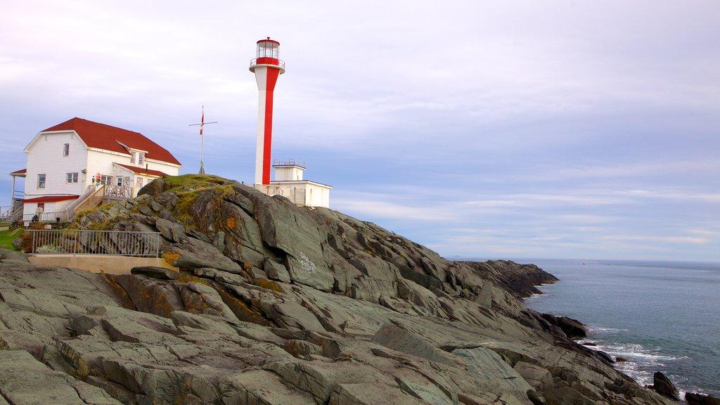 Cape Forchu Lightstation mostrando un faro y costa rocosa