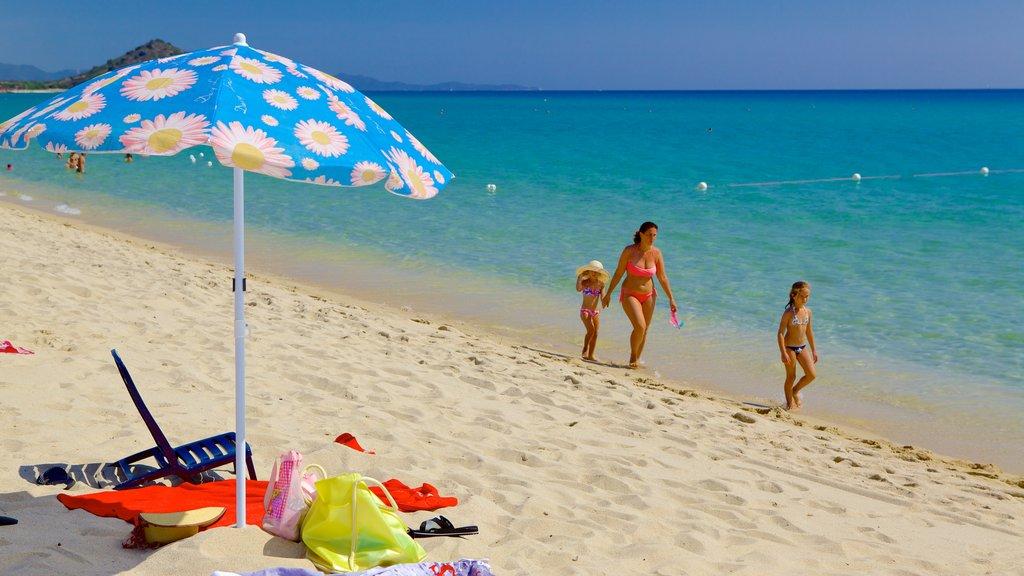 Cala Sinzias que incluye una playa de arena y también una familia