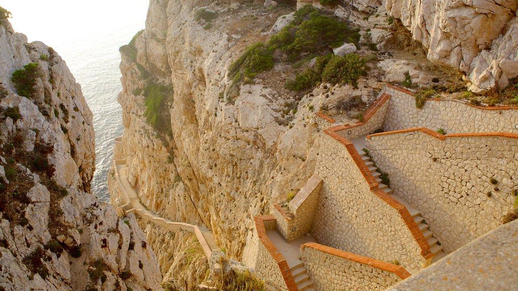 Capo Caccia ofreciendo costa rocosa y un barranco o cañón