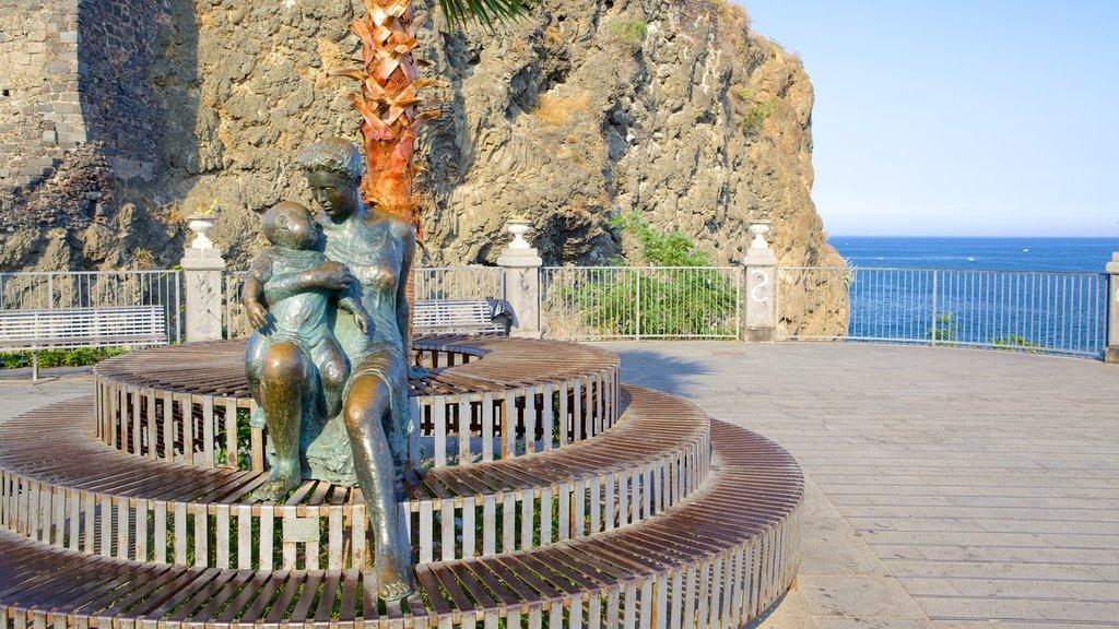 Aci Castello ofreciendo arte al aire libre, una estatua o escultura y un parque o plaza