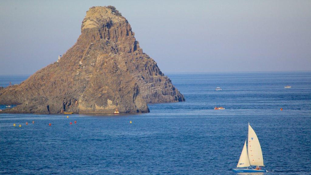Aci Castello ofreciendo vistas de una isla y costa rocosa