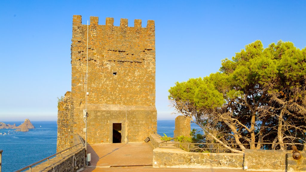 Aci Castello que incluye patrimonio de arquitectura y castillo o palacio