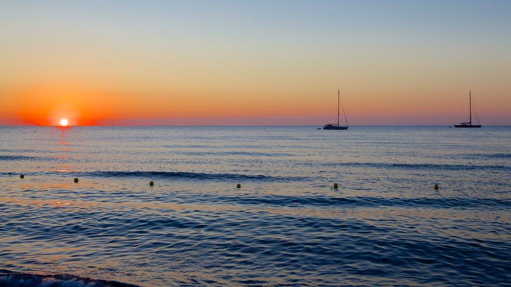 Cefaù mostrando una puesta de sol y vistas generales de la costa