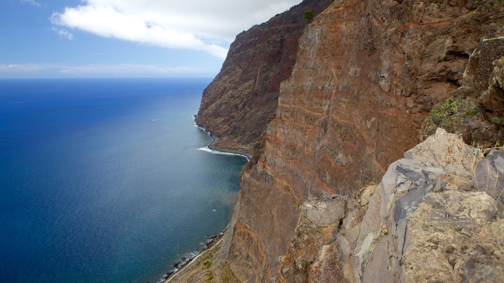 Cabo Girao featuring rocky coastline