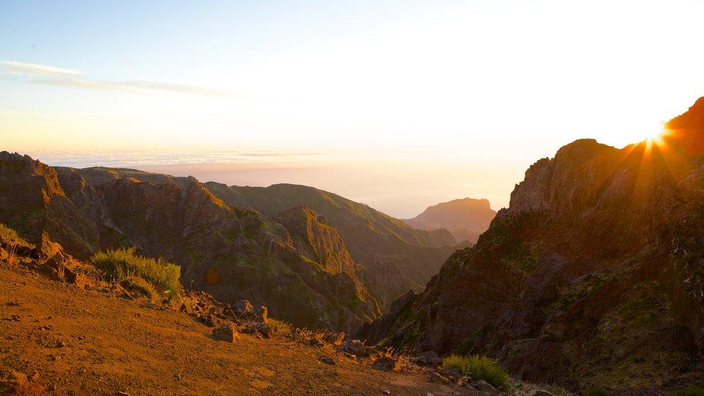 Pico do Ariero que incluye una puesta de sol y montañas