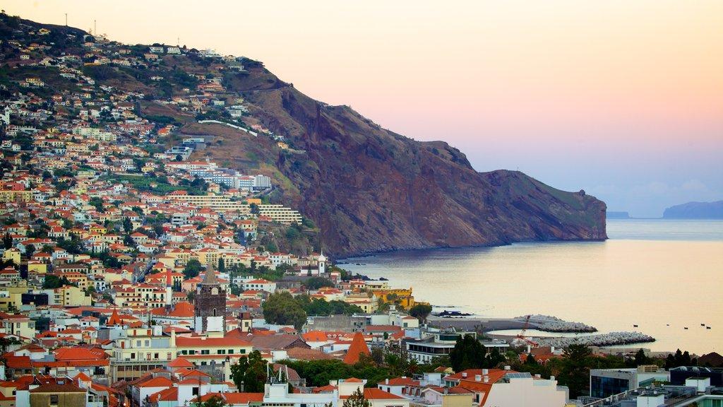 Funchal ofreciendo una puesta de sol, una ciudad costera y montañas