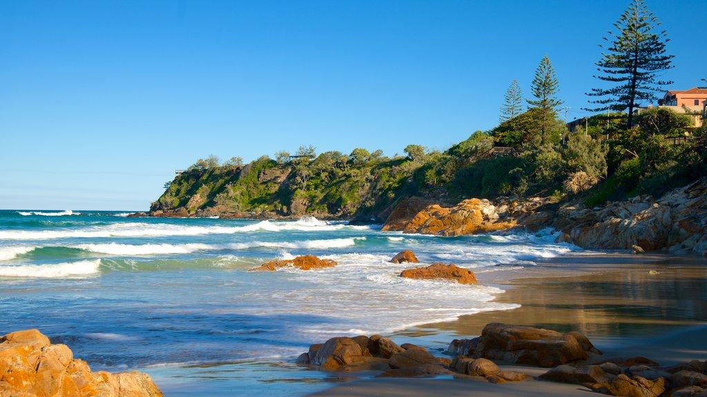 Coolum Beach que incluye una playa de arena y costa rocosa