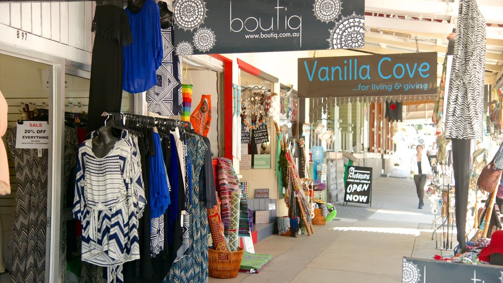 Eumundi which includes street scenes, signage and fashion