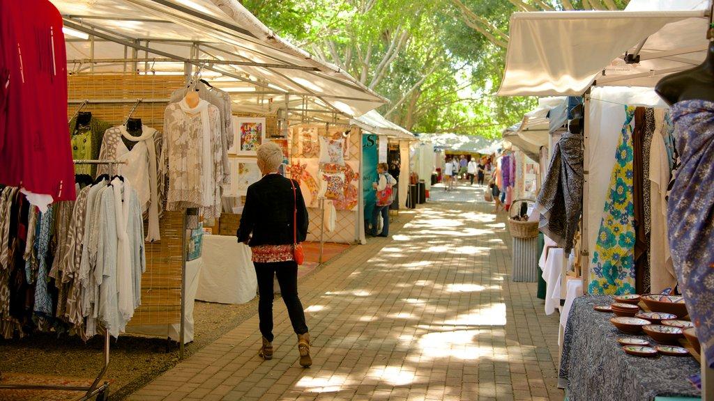 Eumundi which includes fashion, markets and street scenes
