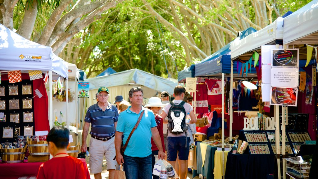 Eumundi showing street scenes and markets as well as a large group of people