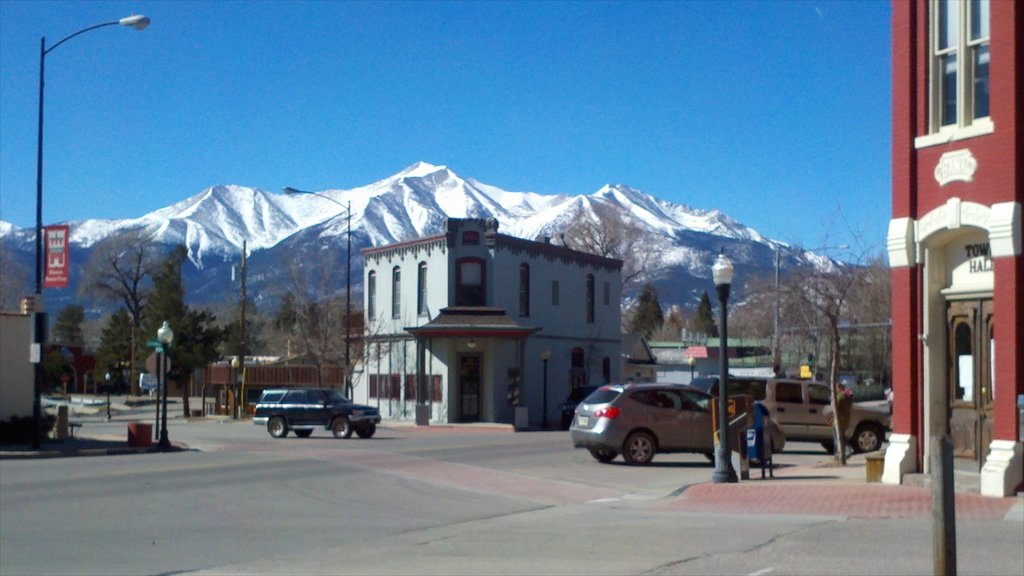 Buena Vista showing a small town or village and street scenes