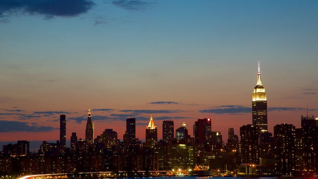 Brooklyn que incluye horizonte, escenas nocturnas y una ciudad