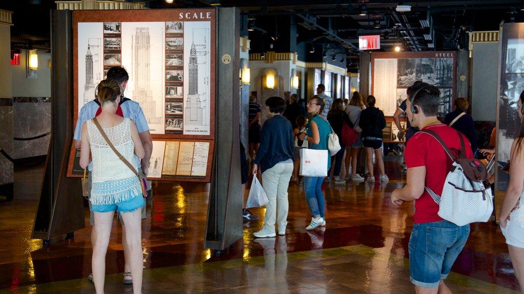 Edificio Empire State ofreciendo vistas interiores y también un pequeño grupo de personas