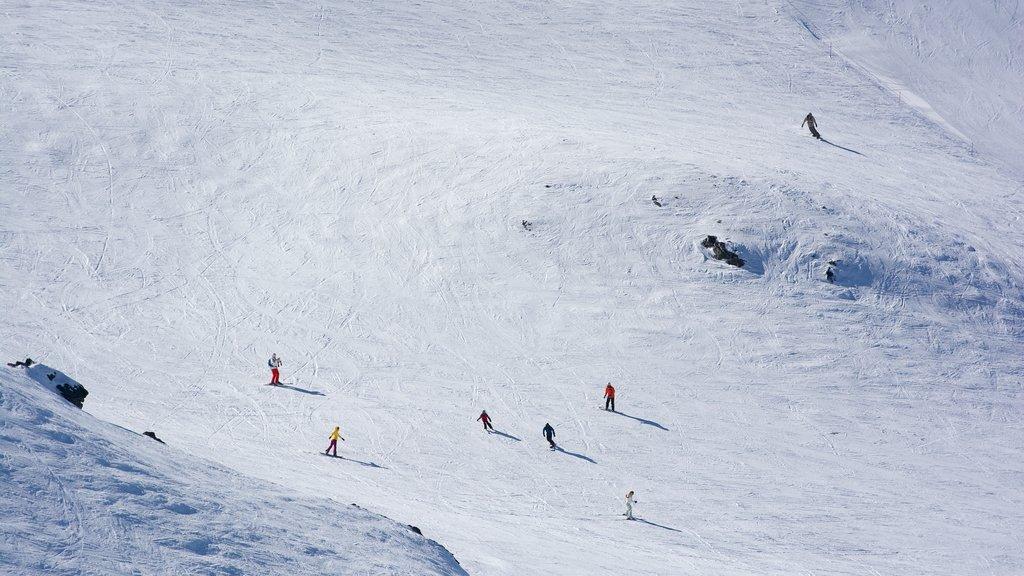 Cardrona Alpine Resort featuring snow boarding, snow skiing and snow
