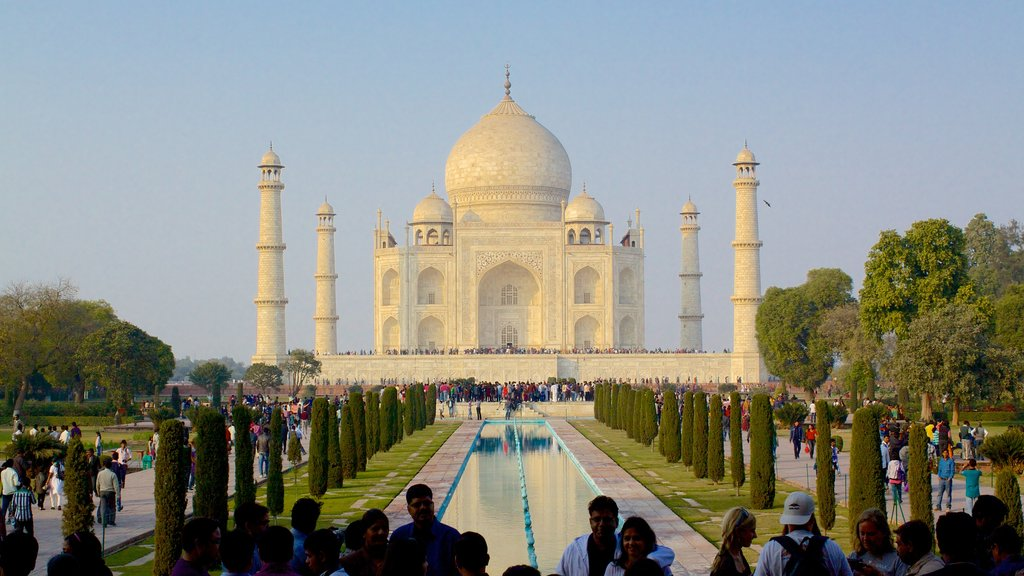 Taj Mahal showing a temple or place of worship and heritage elements as well as a large group of people