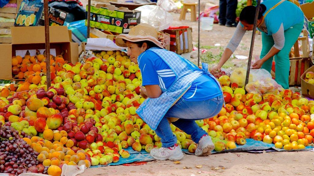 Urubamba showing markets and food