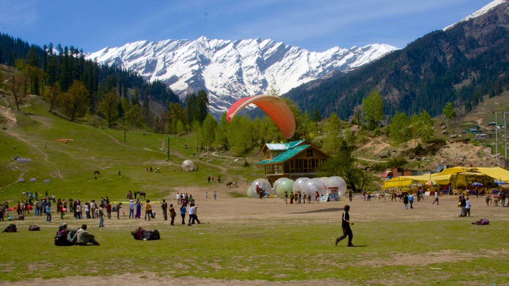 Manali showing mountains as well as a large group of people