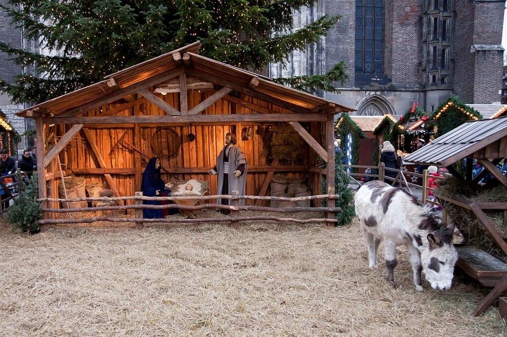 Mercatino di Natale, stallo by Stux, Under Creative Common license CC0 1.0 (https://creativecommons.org/publicdomain/zero/1.0/deed.it) https://pixabay.com/it/mercatino-di-natale-stallo-547635/