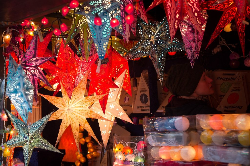 Mercatino di Natale, stella di Natale by Maxmann Under Creative Common license CC0 1.0 (https://creativecommons.org/publicdomain/zero/1.0/deed.it) https://creativecommons.org/publicdomain/zero/1.0/deed.it