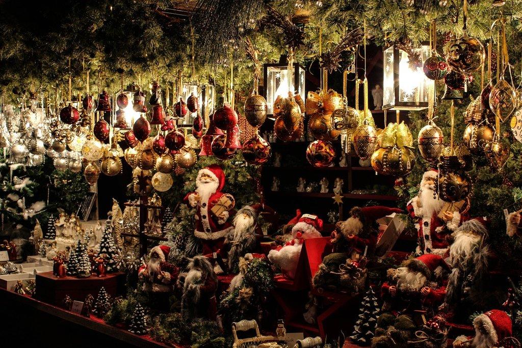 Mercatino di Natale By Gellinger, Under Creative Common license CC0 1.0 (https://creativecommons.org/publicdomain/zero/1.0/deed.it) https://pixabay.com/it/mercatino-di-natale-stare-in-piedi-540918/