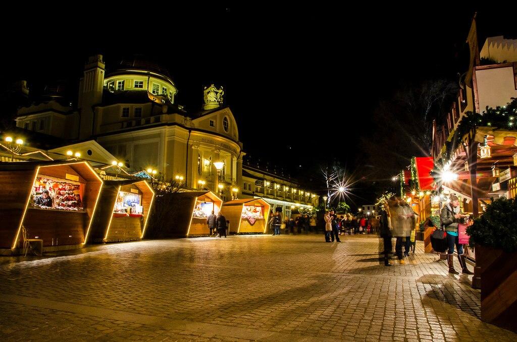 Mercatino di Natale, Merano by E. Callierotti Under Creative Common License CC BY SA 2 (https://creativecommons.org/licenses/by-sa/2.0/) https://www.flickr.com/photos/merano/10851681416
