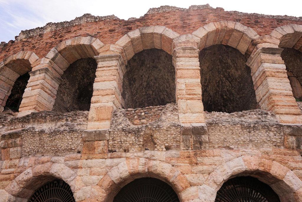 Arena di Verona- CC0 Public Domain Libera per usi commerciali  Attribuzione non richiesta (https://pixabay.com/it/verona-arena-costruzione-1486382/)
