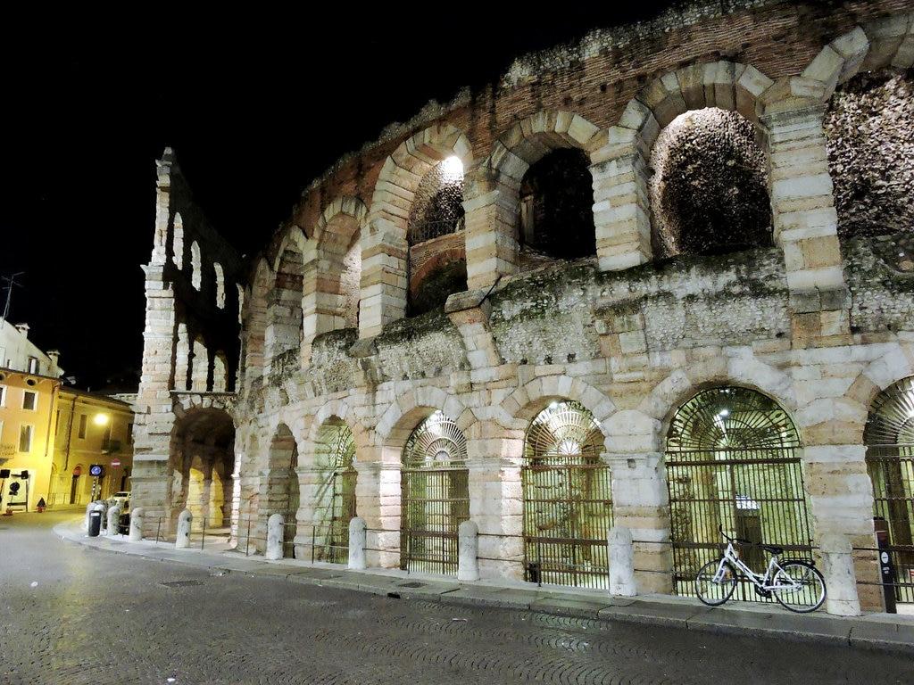 L'Arena di notte - CC0 Public Domain Libera per usi commerciali  Attribuzione non richiesta(https://pixabay.com/it/sfinge-arena-monumento-verona-783673/)