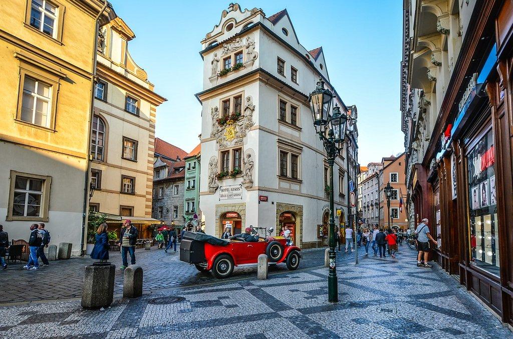 Praga, Repubblica Ceca, piazza by Kirkandmimi - Under Creative Common license CC0 1.0 (https://creativecommons.org/publicdomain/zero/1.0/deed.it) - https://pixabay.com/it/praga-ceca-repubblica-piazza-2086967/