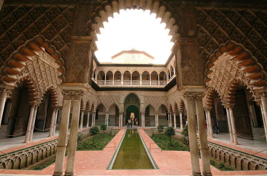 Il Patio de las Doncellas, Real Alcazar - By Cat from Sevilla, Spain, CC BY 2.0, https://commons.wikimedia.org/w/index.php?curid=3601893