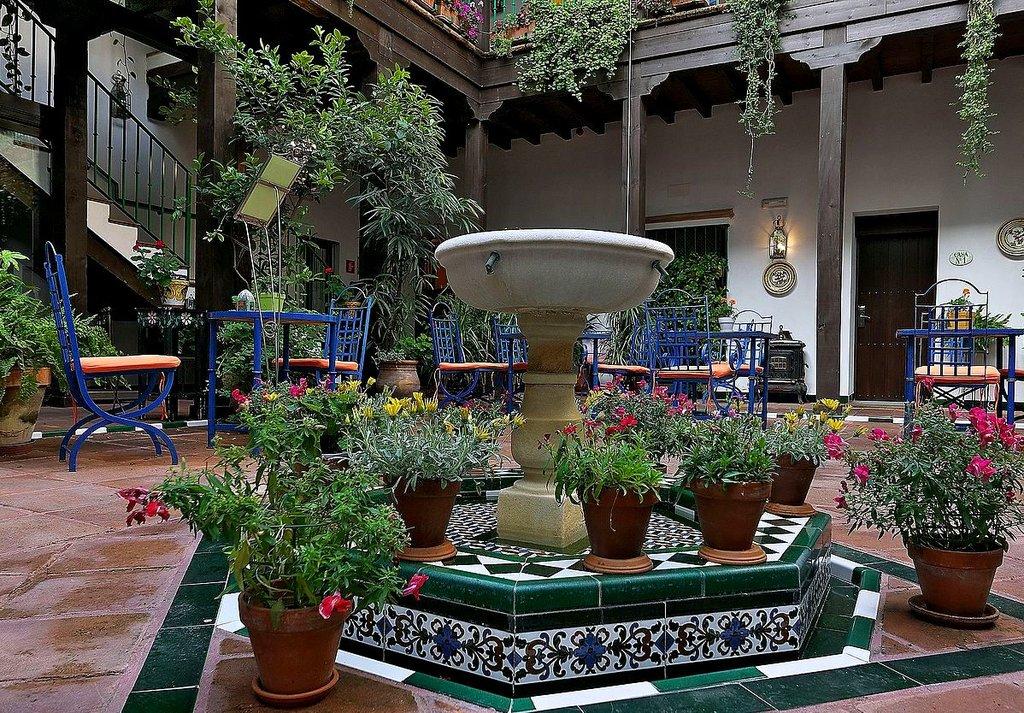 Patio nel Barrio di Santa Cruz - By Jl FilpoC - Own work, CC BY 4.0, https://commons.wikimedia.org/w/index.php?curid=49245835