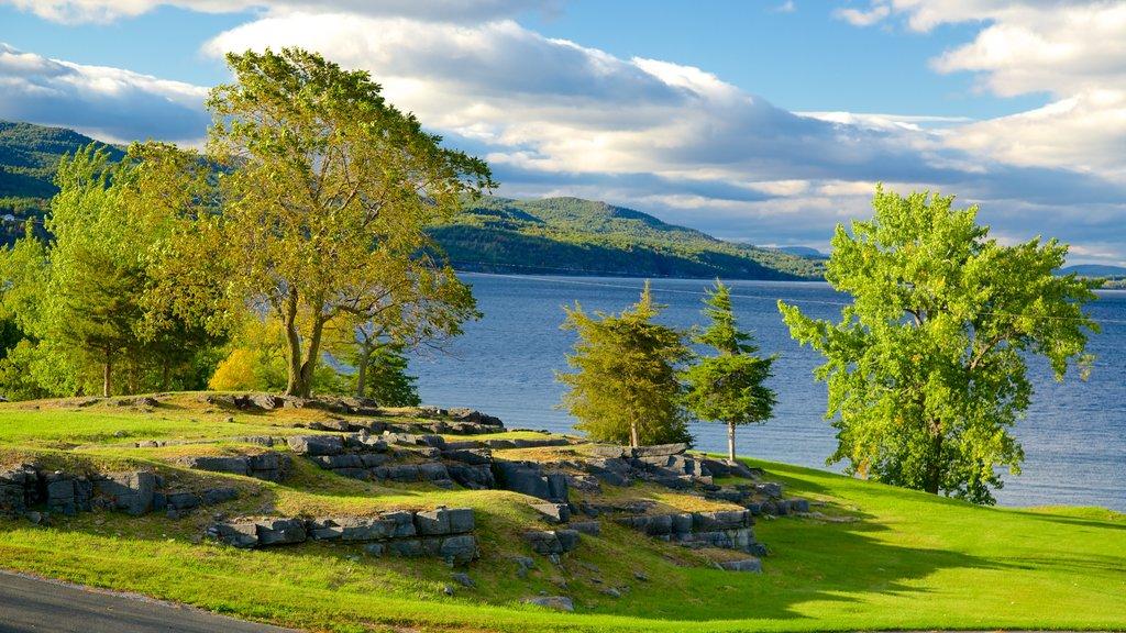 Lugar histórico estatal de Crown Point que incluye escenas tranquilas y un lago o abrevadero