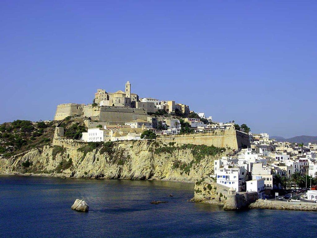 Città vecchia Ibiza (CC BY-SA 3.0, https://commons.wikimedia.org/w/index.php?curid=69299 )