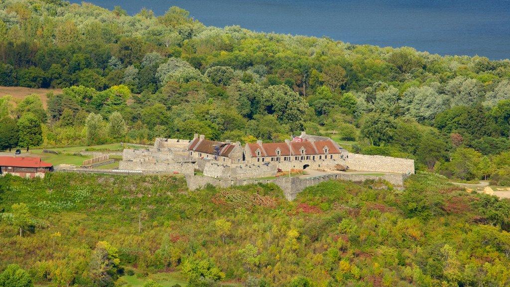 Fuerte Ticonderoga ofreciendo artículos militares, escenas tranquilas y elementos del patrimonio