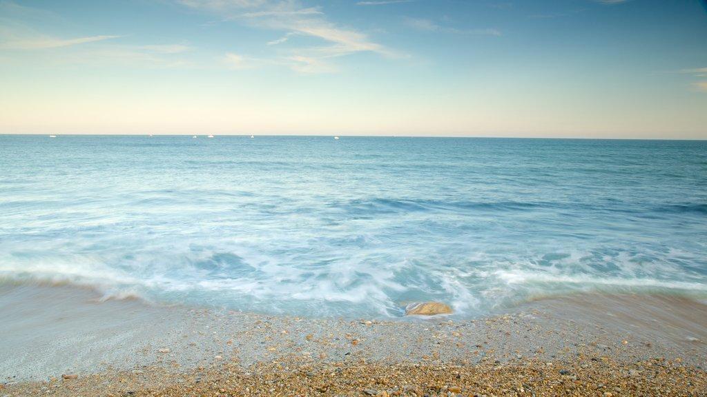 Faro Montauk Point que incluye una playa de guijarros