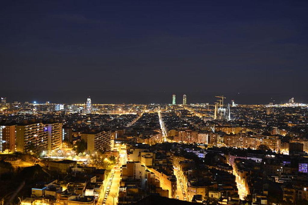 Panorama notturno di Barcellona dal quartiere del Carmel, Di Jcca76 - Opera propria, CC BY-SA 4.0, https://commons.wikimedia.org/w/index.php?curid=43926489