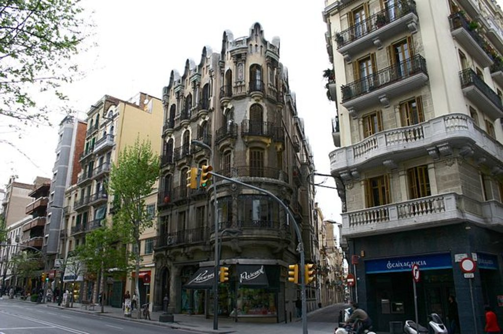 Quartiere di Sants, la via commerciale. CC BY-SA 3.0, https://commons.wikimedia.org/w/index.php?curid=115422