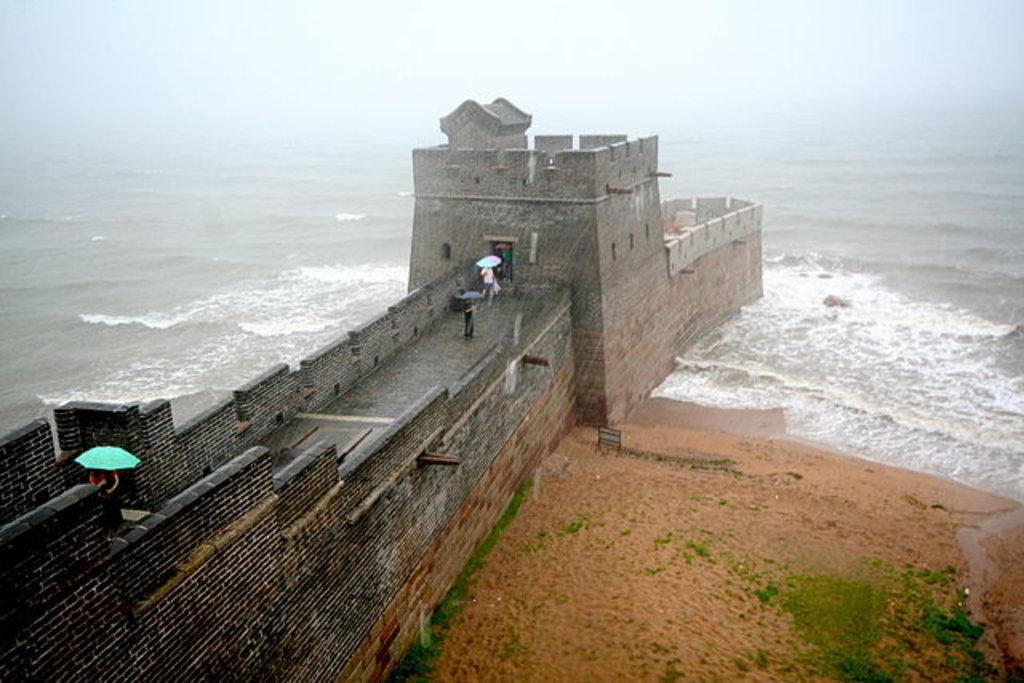 """La """"Testa del Dragone"""" che si getta in mare, termine della sezione di Shanhaiguan, By fuzheado - Flickr: IMG_6940, CC BY 2.0, https://commons.wikimedia.org/w/index.php?curid=13978529"""
