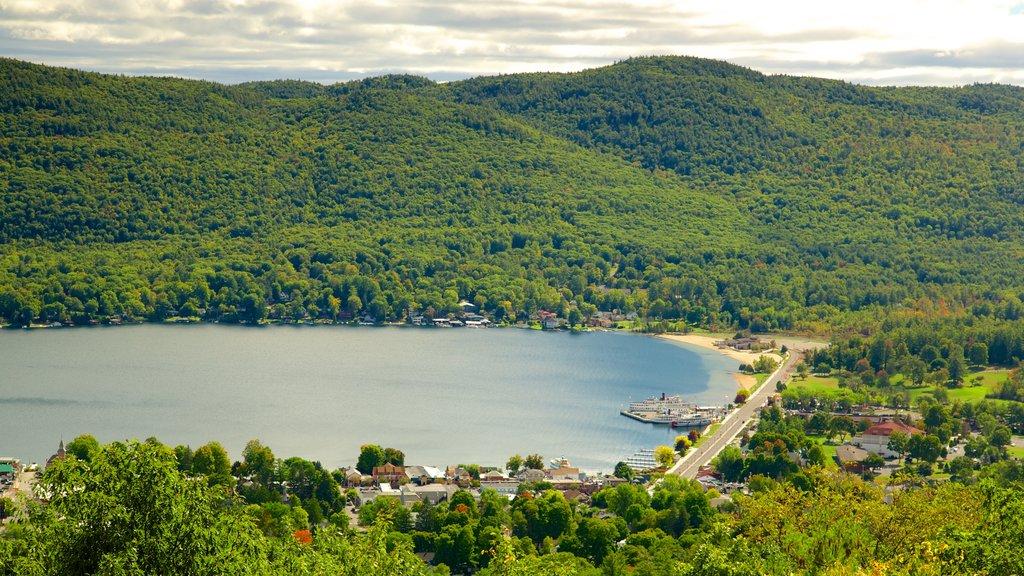 Lake George mostrando escenas tranquilas, un lago o abrevadero y una pequeña ciudad o pueblo