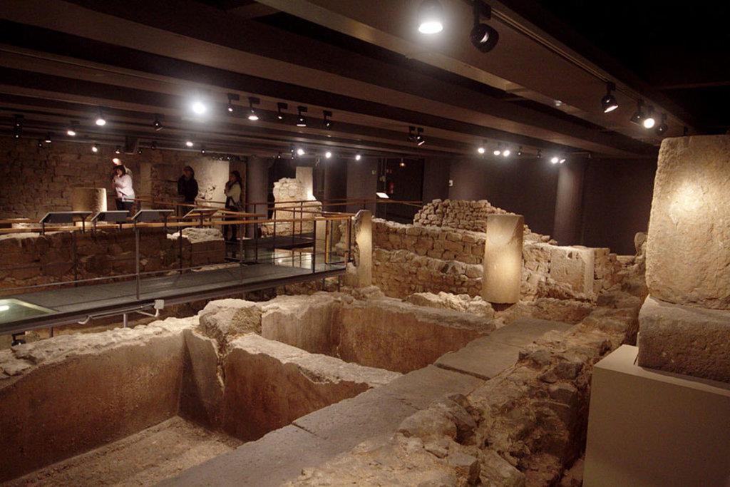 Rovine romane nel Museo di Storia di Barcellona - By José Luiz - Under Creative Commons license CC BY SA-2.0 ( https://commons.wikimedia.org/wiki/File:Roman_ruins_-_Museu_de_la_Ciutat_-_Barcelona_2014_(5).jpg )