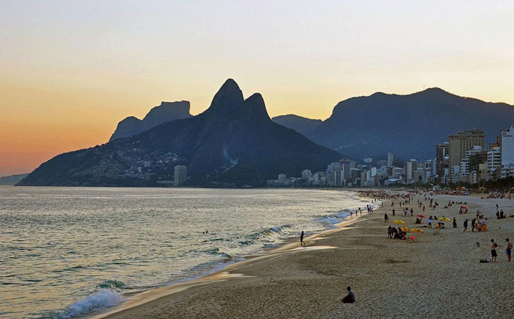 La celebre spiaggia di Ipanema, dove venne composta la canzone sulla Garota. Picture by chensiyuan, GFDL, https://commons.wikimedia.org/w/index.php?curid=14977101