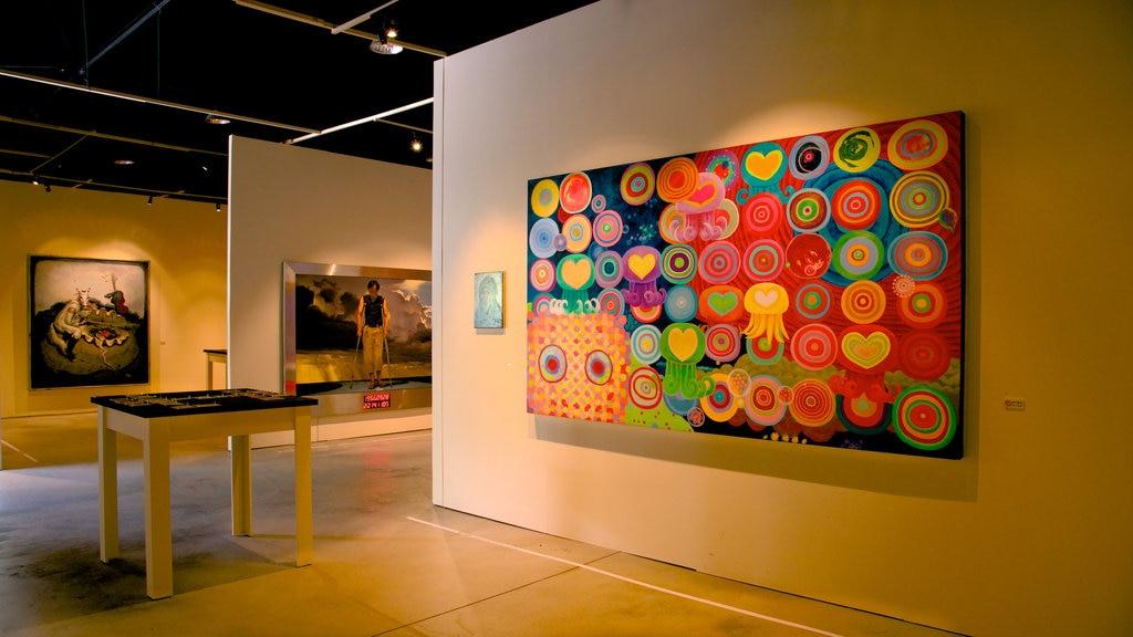 Pier-2 Art Center que incluye vistas interiores