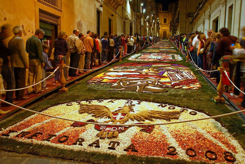 """Infiorata 2008"" by Stefano Mortellaro - Under Creative Commons license CC BY ND-2.0 (https://creativecommons.org/licenses/by-nd/2.0/) - https://www.flickr.com/photos/fazen/2509978250"