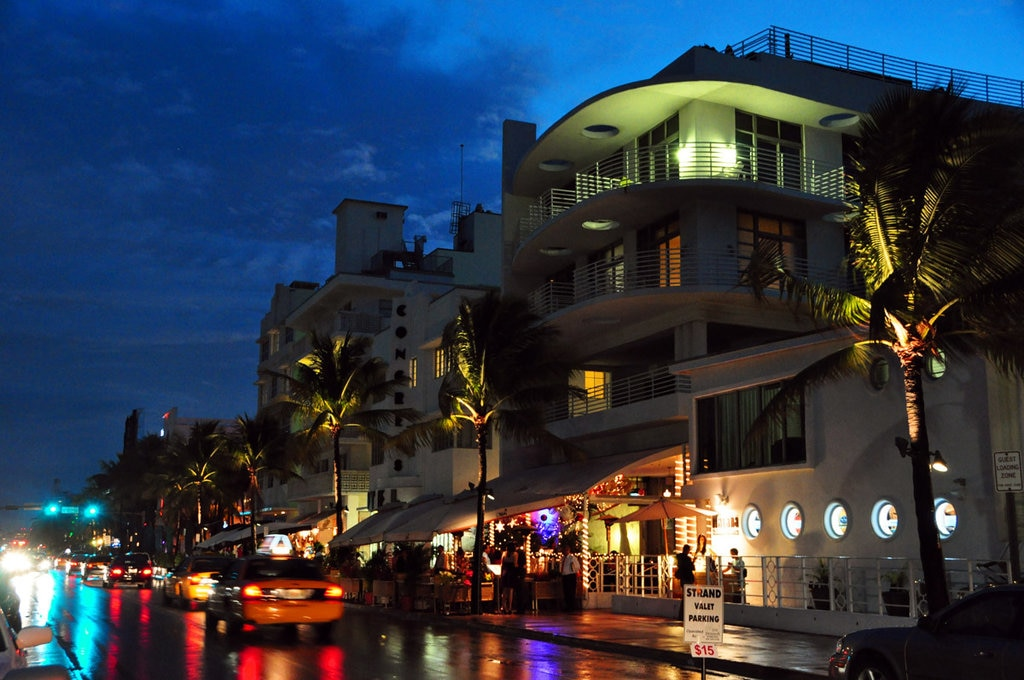 Ocean Drive, Miami Beach  Picture by chensiyuan - Own work. Licensed under CC BY-SA 3.0 (https://creativecommons.org/licenses/by-sa/3.0/) via Wikimedia Commons (https://sw.wikipedia.org/wiki/Picha:Ocean_drive_south_beach_miami_night.JPG)