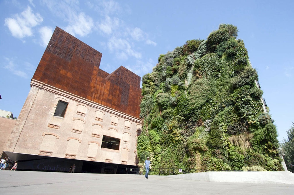 Lo straordinario edificio del Caixa Forum ristrutturato dallo studio Herzog&de Meuron - Picture by Jose Gonzalez- Own work. Licensed under CC BY-SA 3.0 via Wikimedia Commons - (https://commons.wikimedia.org/wiki/File:Aqu%C3%AD_Forum_(4961393346).jpg)