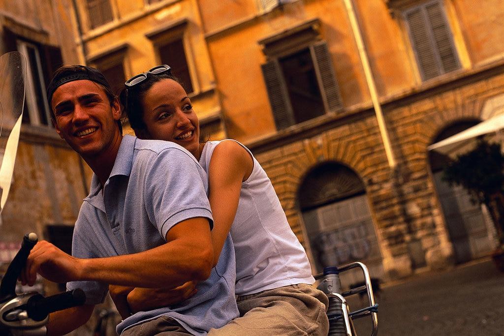 La Vespa è senza dubbio il mezzo più adatto per muoversi agilmente in giro per Roma, godersi i pomeriggi assolati e non avere problemi di parcheggio. In più, aggiunge un tocco chic al vostro weekend! Fonte: EDAM